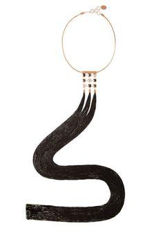 """Gioiello e bijou hanno una relazione molto complicata. Nella moda si semplifica con """"gioiello moda"""" (fashion jewelry). Eppure"""