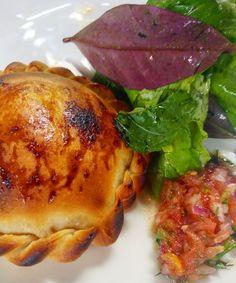 Revendo umas fotos desse ano (já em clima de saudade) encontrei a foto dessa empanada que provei em um evento feito pela @paolacarosella  A foto não é das melhores mas a empanada é tão boa que achei que merecia uma fotênho.  .  Suculentas empanadas de confi de atum e mascarpone com ovo caipira assados no forno a lenha pequena salada verde.  #Saldeflor #empanadas #argentina #paolacarosella #masterchef #food #Receitas #Receita #food #LoveFood #foodporn #yum #instafood #yummy  #amazing…