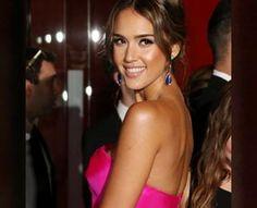 Jessica Alba brilla con su impactante vestido color Fucsia ...