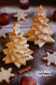 Lots of different sized star shaped cookies on top of each other to form a xmas tree! Xmas Food, Christmas Sweets, Christmas Cooking, Noel Christmas, Christmas Goodies, Christmas Cakes, Holiday Cakes, Holiday Treats, Holiday Recipes