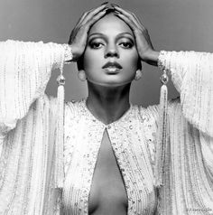Diana Ross, com o sucesso do trio The Supremes, tornou icônico o visual de olhos realçados por cílios postiços