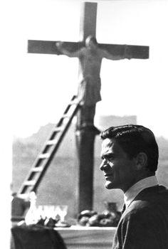 "Pier Paolo Pasolini on the set of ""Il vangelo secondo Matteo (The Gospel According To St. 1970s Movies, Old Movies, Trieste, Italian Neorealism, Pier Paolo Pasolini, Cartoon Tv Shows, Cinema Film, Film Director, Poet"