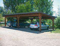 Carport modello Base, dimensioni cm 500 x 1000, adatto per quattro auto. Struttura sorretta da sei colonne, soffitto in legno perlinato, canali di gronda in lamiera zincata preverniciata, copertura in guaina catramata ardesiata.