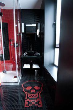 Une idée sympa de douche italienne dans une petite salle de bain noir et rouge