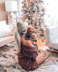 10 Bedroom Winter Decor Ideas To Make Your Room Cozy - christmas dekoration Cozy Christmas, Beautiful Christmas, Christmas Girls, Christmas Ideas, Holiday Outfits Women, Christmas Photography, Christmas Hairstyles, Foto Instagram, Christmas Aesthetic