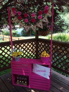 10 Lemonade Stand Ideas for Better Summer Days - mybabydoo 10 Limonadenstand Ide Decoration Cocktail, Kids Lemonade Stands, Bar Deco, Diy For Kids, Crafts For Kids, Pink Lemonade Party, Wooden Crates, Wooden Boxes, Craft Fairs