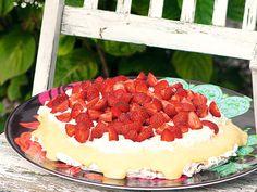 Midsommartårta med jordgubbar och vaniljkräm.
