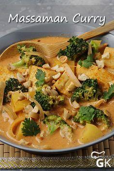 Ein leckeres, veganes Massaman Curry mit Brokkoli, Kartoffeln und Tofu gelingt mit diesem Rezept. #massamancurry #curry #brokkoli #kartoffeln #tofu #vegan #rezept #kochen Vegan Thai Curry, Thai Curry Recipes, Massaman Curry Tofu Recipe, Tofu Curry, Broccoli Curry, Main Meals, Food Porn, Food And Drink, Veggies