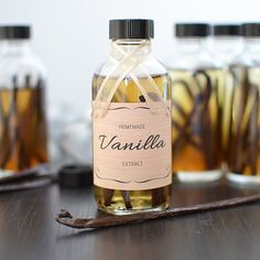 18 Edible Holiday Gifts With Printable Labels to Match via Brit + Co. Homemade Vanilla Extract, Brit, Printable Labels, Free Printables, Belleza Natural, Natural Home Remedies, Diy Food, Food Ideas, Food Gifts
