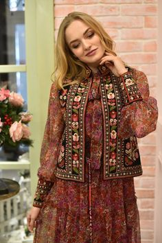 Ready for the cold weather and store an array of winterleggings and woolly jumpers, luke-warm jumpers together with other snow. Balochi Dress, Denim Maxi Dress, Afghan Clothes, Afghan Dresses, Couture Fashion, Boho Fashion, Fashion Dresses, Fashion Tips, Pakistani Dress Design