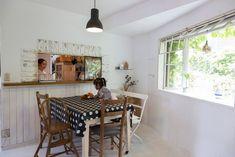 カフェ風にリメイクしたダイニング。椅子とテーブルはイギリスのアンティーク。