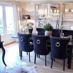 Gather everyone you love around your table in the dining room and make them feel like they are in the most beautiful place ever! Home Decor ideas has the best tips for you to create a luxurious and modern dining room. Luxury Dining Room, Elegant Dining Room, Dining Room Design, Dining Room Table, Dining Rooms, Dining Decor, Dining Sets, Home Living, Living Room Decor
