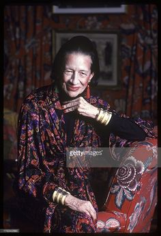 columnist-diana-vreeland-is-photographed-for-vanity-fair-magazine-on-picture-id170342690 (700×1024)