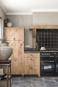 dark kitchen cabinets Choosing the perfect wooden kitchen cabinets for your home is not as simple as it might appear. While the choices Frameless Kitchen Cabinets, Wooden Kitchen Cabinets, Kitchen Cabinet Styles, Rustic Cabinets, Black Cabinets, Best Flooring, Kitchen Flooring, Flooring Ideas, Home Decor Kitchen