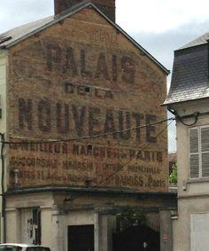 Publicité sur une façade.
