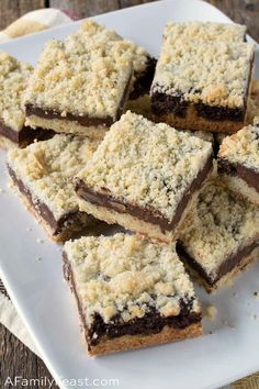 Chocolate Almond Crumb Bars have a delicious fudgy chocolate almond layer underneath a sweet and butter crumb topping. Chocolate Filling, Dark Chocolate Chips, Delicious Chocolate, Delicious Desserts, Baking Recipes, Cookie Recipes, Bar Recipes, Nuwave Oven Recipes, Sweet Butter