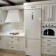 Cocina decapada con electrodomesticos en blanco y encimera de siletone hecha en Algarrobo Stacked Washer Dryer, Washer And Dryer, Laundry, Home Appliances, White Appliances, Drawer Pulls, Countertops, Products, Cooking