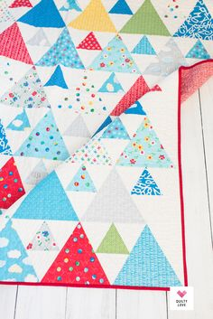 Quilting Rulers, Longarm Quilting, Quilting Tutorials, Quilting Projects, Quilts Using Fat Quarters, Triangle Quilt Pattern, Twin Quilt Size, Rainbow Quilt, Cute Quilts