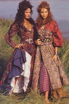 Old boho. From a vintage Liberty Fabrics ad in Vogue Patterns Magazine, around Boho chic bohemian boho style hippy hippie chic bohème vibe gypsy fashion indie folk dress Moda Hippie, Hippie Bohemian, Boho Gypsy, Gypsy Style, Hippie Style, Bohemian Style, Hippy Chic, Boho Chic, Boho Fashion