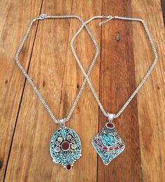 COLAR ÉTNICO BOHO CHIC <br> <br>Lindo colar estilo Boho Chic, com detalhes em pedras turquesa e vermelha. Uma linda mandala. Uma mistura de Boho com Tibetano