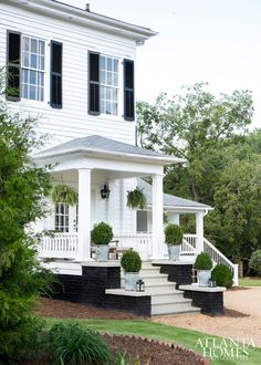 When it comes to white houses, what would you choose: brick or wood? Check out our ten favorite white houses with incredible curb appeal. Interior Exterior, Exterior Design, Brick Design, Exterior Paint, Design Design, Villa, Georgia Homes, Atlanta Homes, Southern Homes