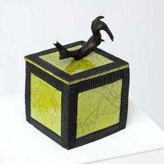 Boîte carrée verte céramique raku et bois flotté, Anne THIELLET, céramiste Raku Ceramic Pottery, Ceramic Art, Vases, Ceramic Boxes, Jar Lids, Urn, Sculptures, Decorative Boxes, Clay