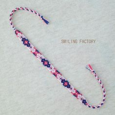 《ネイティブ風》ひし形模様のミサンガ/PI×LPI×BL×WH Yarn Bracelets, Bracelet Crafts, Braided Bracelets, Ankle Bracelets, Diy Friendship Bracelets Patterns, Accesorios Casual, Bracelet Tutorial, Bracelet Designs, Bracelet Making