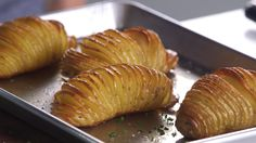 For a scene-stealing side that only takes a few minutes to prepare, turn to a new style of potatoes. Here, learn how to make easy Hasselback potatoes. Baked Potato Bar, Raw Potato, Potato Sides, Potato Side Dishes, Potato Recipes, Veggie Recipes, Indian Food Recipes, Cooking Recipes, Veggie Meals