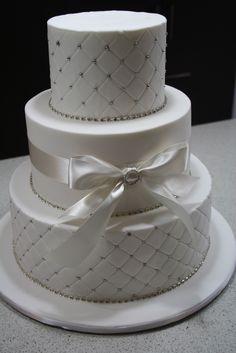 Lazos y brillantes como decoración de torta de boda. #DecoracionBoda
