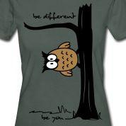 """Eule auf Baum, Funshirt mit Spruch """"be different, be you"""", sei einzigartig und zeig es mit einem lustigen Eulen-Motiv"""