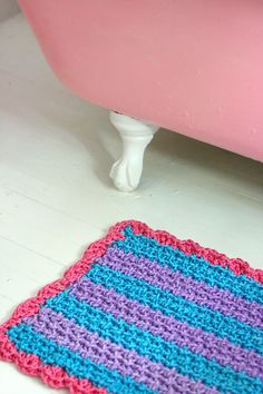 """""""A while back I was in Home Depot where I saw this marine rope in lots of colors and decided right then that I had to crochet a bath mat/welcome mat out of it. I used a gigantic hook and plenty of muscle. Nobody would wipe their feet on it, though, so I put it in the bathroom."""" Home of casapinka.  And I LOVE this."""