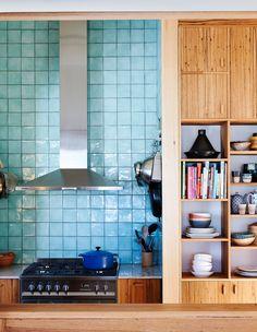 Koti Melbournessa - A Home in Melbourne The Design Files Kuvat: Lucy Feagins Koti maalla . Wooden Kitchen Bench, Rustic Kitchen, Kitchen Splashback Tiles, Kitchen Cabinetry, Open Cabinets, Backsplash, Dining Room Design, Kitchen Design, Melbourne House