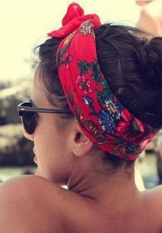 Get Your Head In The Game: 8 Headbands For Your Next Beach Escape Get your hair in the game for summer with a cute headband to add to your beach look. How To Make Headbands How To Wear Headbands, Cute Headbands, How To Wear Scarves, Headband Hairstyles, Trendy Hairstyles, Beach Hairstyles, Bandana Pelo, Red Bandana, Bandana Print