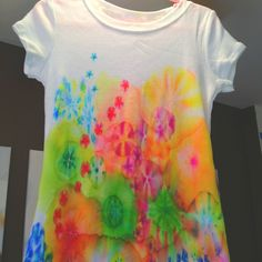 "Tie-dye using Sharpies & rubbing alcohol.    Instructions:  <a href=""http://theartgirljackie-tutorials.blogspot.ca/2011/10/tie-dye-t-shirts-with-sharpie-markers.html?m=1"" rel=""nofollow"" target=""_blank"">theartgirljackie-...</a>"