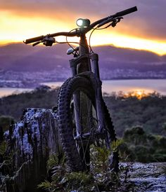 Running Pose, Trail Running, Best Mountain Bikes, Mountain Biking, Moutain Bike, Bike Poster, Emotional Photography, Keep Fit, Bike Trails