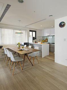 Die minimalistische Küche in weißem Hochglanz besitzt auch einen rustikalen Touch