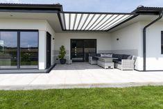 Ein idyllischerr HARTL HAUS Hofbungalow mit einer gemütlichen Sitzmöglichkeit auf der von der Sonne geschützten Terrasse. Bungalow, Patio, Outdoor Decor, Home Decor, Hip Roof, Home Plans, Porches, Sun, Deco