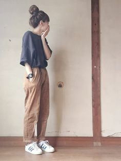 Wanna make the boring look interesting.just tuck it in or tie a knot and match it with a good belt and shoes and a loose hairstyle. Korean Fashion Trends, Korean Street Fashion, Asian Fashion, Korean Fashion Summer, Korea Fashion, Cute Fashion, Look Fashion, Girl Fashion, Fashion Outfits
