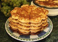 Az elmúlt napokat anyukámnál töltöttük és ez volt a sláger. :) Valahonnan a kamra mélyéről előkerült egy hiperszuper gofrisütő. Állítóla... Waffle Iron, Something Sweet, Pancakes, Brunch, Kamra, Favorite Recipes, Sweets, Cookies, Breakfast