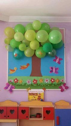 Classroom tree decoration using balloons and construction paper Diy And Crafts, Crafts For Kids, Paper Crafts, Diy Y Manualidades, Class Decoration, Sunday School Decorations, Art N Craft, Spring Crafts, Preschool Crafts