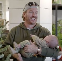 Chip and Joanna Gaines are the dream team when it comes to caring for their baby boy Crew, which was just made evident in their new Magnolia Market Christmas decorations installation reveal. Joanna Gaines Family, Joanna Gaines House, Joanna Gaines Decor, Joanna Gaines Style, Chip And Joanna Gaines, Gaines Fixer Upper, Fixer Upper Joanna, Magnolia Fixer Upper, Jo Gaines