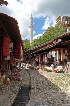 Kruja, Albânia. Localizada entre o Monte Krujë e o rio Ishëm, a cidade é somente 20 km da capital da Albânia, Tirana.