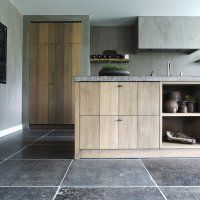 Deze manueel verouderde vloer van Belgisch hardsteen uit Henegouwen kunnen we in alle formaten leveren. De manuele afwerking van deze arduin vloertegels geven de blauwsteen vloer enorm veel karakter.