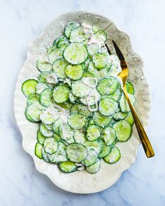 dinner side dishes Here's an ultra refreshing side dish: creamy cucumber salad with sour cream! The silky sauce with dill and shallots brings an irresistible flavor. Creamy Cucumber Salad, Creamy Cucumbers, Vegetable Side Dishes, Vegetable Recipes, Healthy Eating Recipes, Cooking Recipes, Fast Recipes, Healthy Eats, Couple Cooking