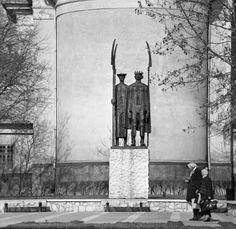 Kossuth Lajos tér, Cegléd Dózsa György emlékmű (Somogyi József, 1972.), háttérben a római katolikus plébánia.