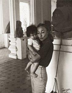 Oriana in un orfanotrofio di Saigon nel 1974 - Foto - Oriana Fallaci