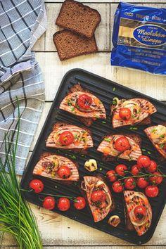 Kesäruoat valmistuvat kätevästi grillissä. Nämä ihanat ruokaisat makkaraleivät maistuvat kaikille makkaran ystäville. Kokeile, helppoa ja nopeaa! Bruschetta, Vegetable Pizza, Tapas, Vegetables, Ethnic Recipes, Food, Essen, Vegetable Recipes, Meals