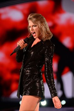 """Taylor Swift singing """"Blank Space"""" at the 1989 Tour in Chicago 7/18/15"""