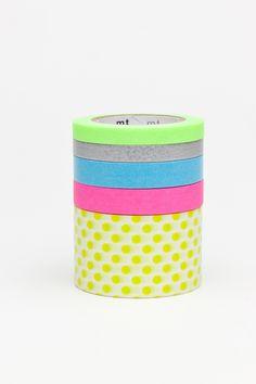 Met dit leuke Japanse tape in fluor kleuren kun je van alles doen. Gebruik het om je kadootje extra feestelijk te maken. Om je agenda op te leuken. Zelfs om een grappige tekst op je muur te schrijven. Het laat geen lijmresten achter en is te knippen of af te scheuren en je kunt er op schrijven. Leef je uit!