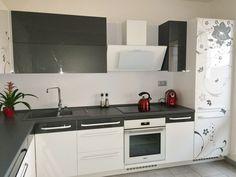 Moderní a krásná, metalická šedá barva a lesklá bílá . Šedá květina dekorující lednici a další části kuchyně ji krásně zjemňuje.